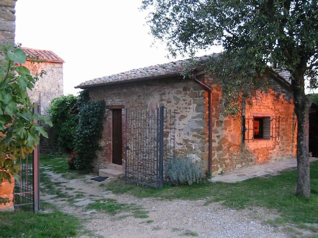 Tuscany cottage with a dream view on vineyard hills with pool between Siena and Florence