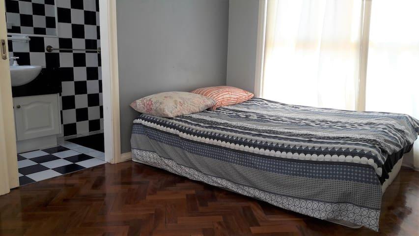 Ensuite Room Lovely Hostel Best location near CBD