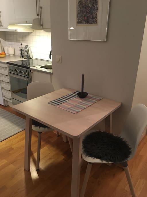 Et spisebord med plass til 3-4.