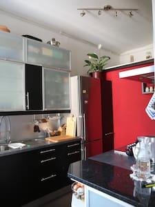 Zimmer 20 qm + Balkon in Altbau - 卡尔斯鲁厄 - 公寓