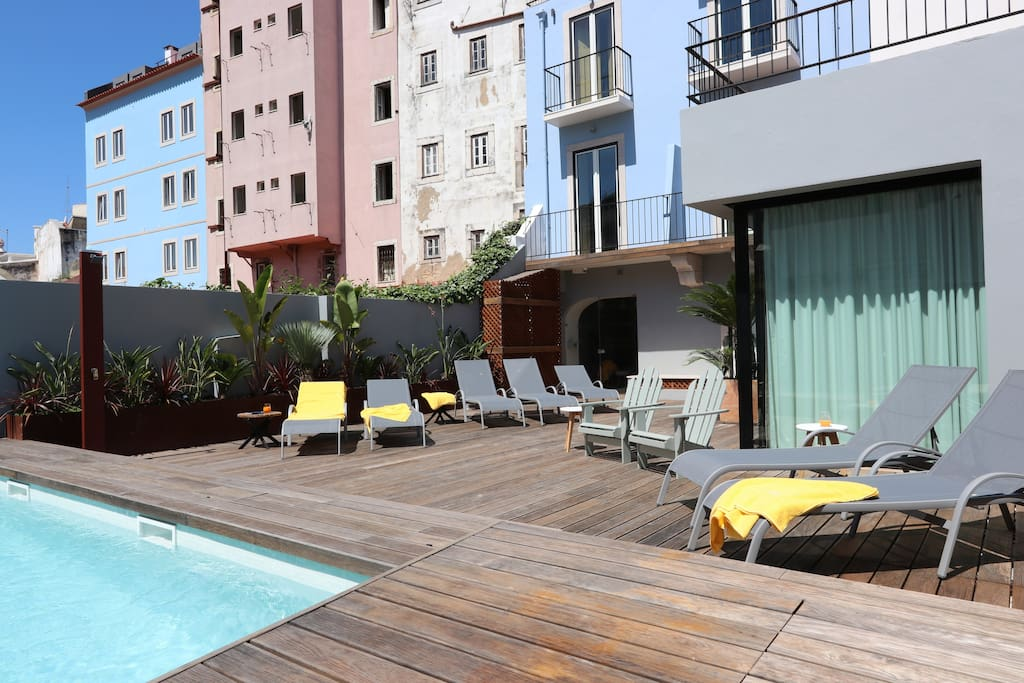 Common pool and sun loungers at the common patio, to enjoy Lisbon's sun!