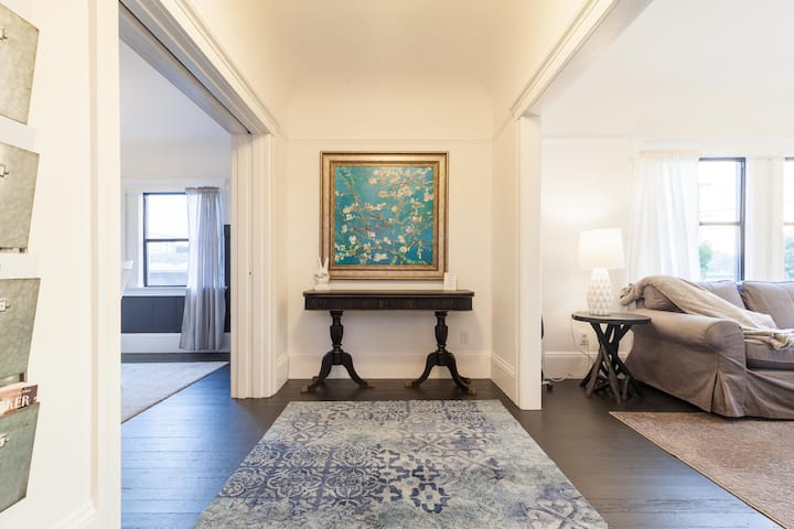 Bright and Elegant Oakland 2BR
