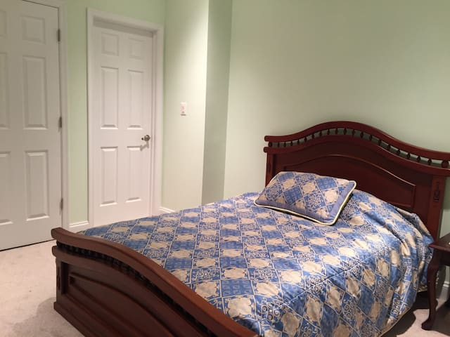 Great Bedroom in a spacious retreat near DC - Oakton - Casa
