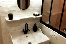 Vous trouverez tout le nécessaire dans la  salle d'eau: serviettes , gel douche et shampoing, cotons,coton tiges,  pansements ,premiers secours et sèche cheveux.