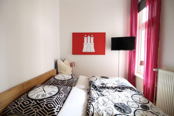 Helles & gemütliches zweites Schlafzimmer/ Second bedroom- light & cozy