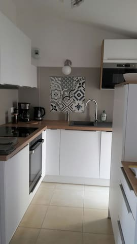 cuisine : entièrement équipée. Lave-vaisselle, machine à laver le linge séchante, cafetière, bouilloire,grill-pains....