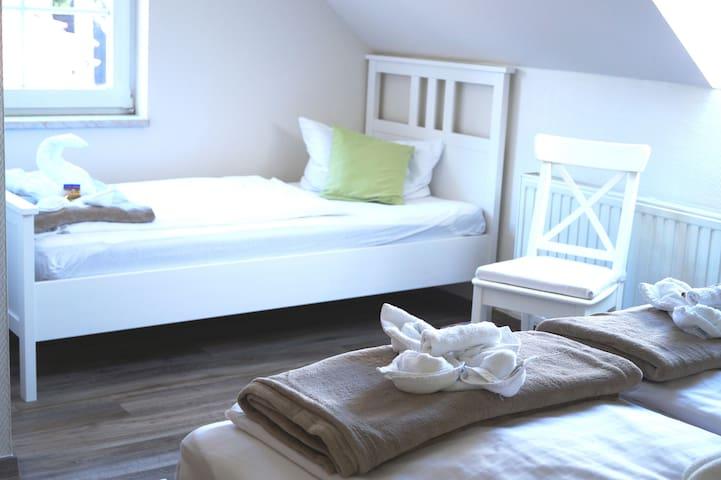 Urlaub zu 3. - Dreibettzimmer mit WLan & Frühstück