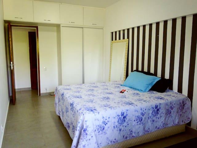 Quarto com cama de casal tamanho King que pode ser separada no meio, além de mais uma cama retrátil em baixo. Ar condicionado Split e armário com cabideiro e gavetas.