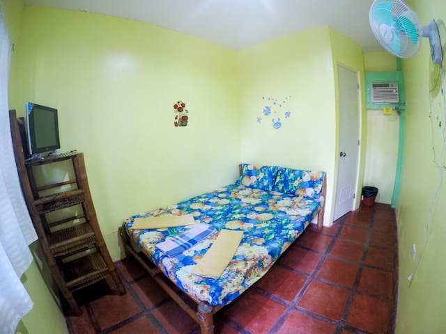 RM1 Juanita's Guesthouse (1 min walk to the Beach)