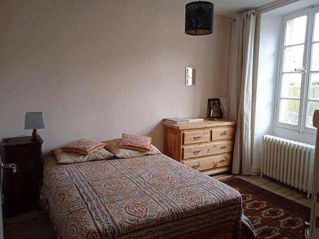 chambre 3:  (vue rue et rocher de Capluc)