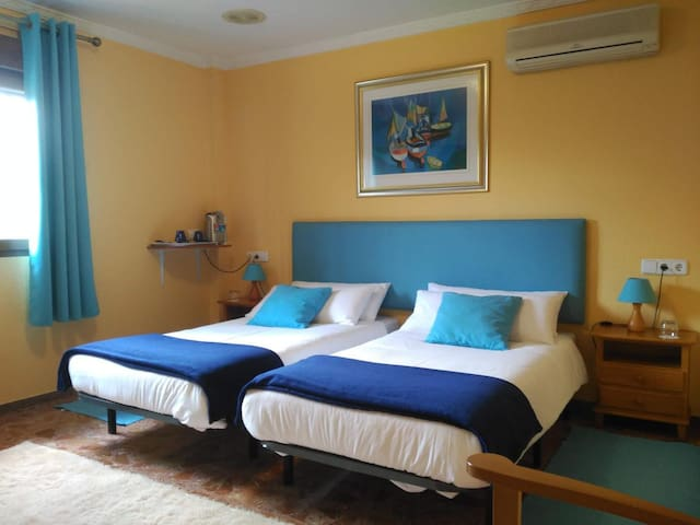 Room 2 (disponible con 2 camas de 90cms o una cama de 180cms) Room 2 (available as twin beds or king-size 180cms)