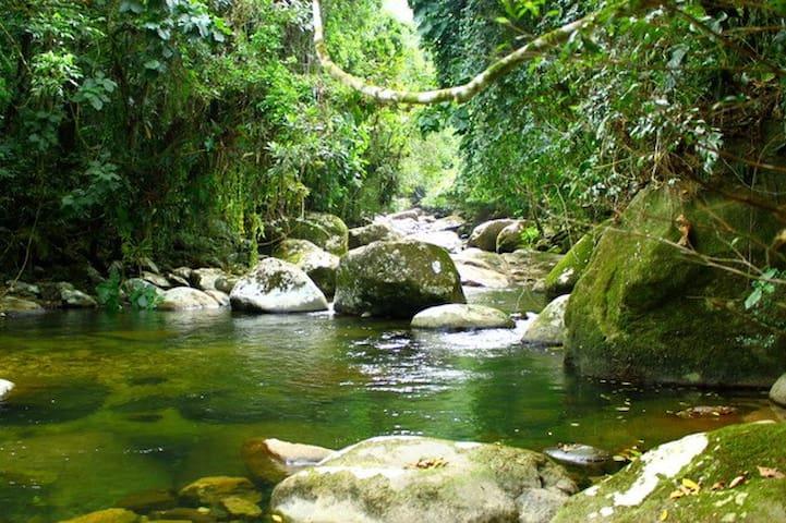 Bangalô na mata com rio exclusivo
