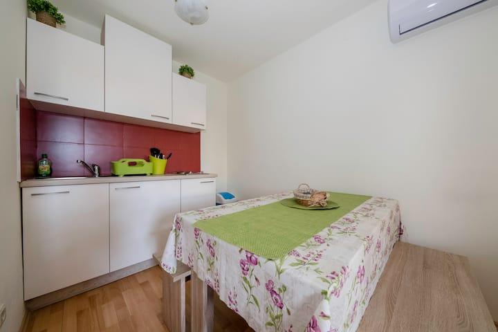 Studio apartman sa terasom za odmor i mir