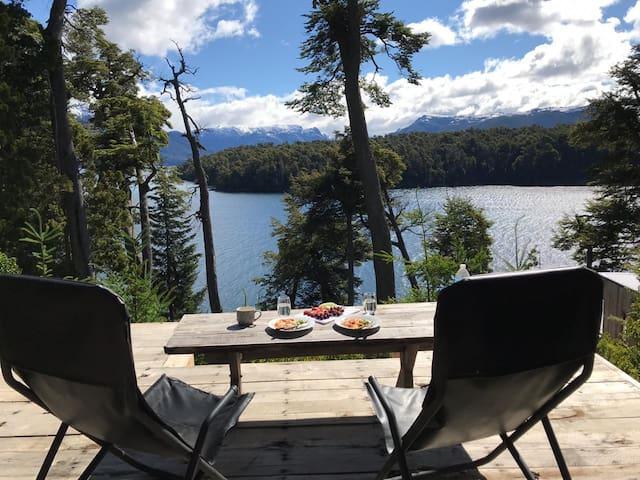 Cabaña sobre el lago.