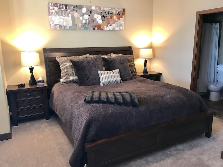 Master bedroom. •King sized bed. •Attached full bathroom. All linens/towels provided