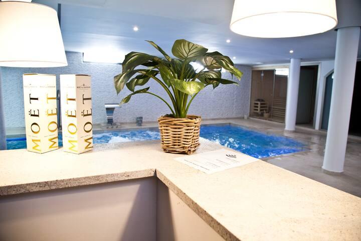 Luxury house, sandy beach, Moët Chandon free!