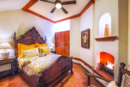 Cozy Casita with Panoramic Views of SMA