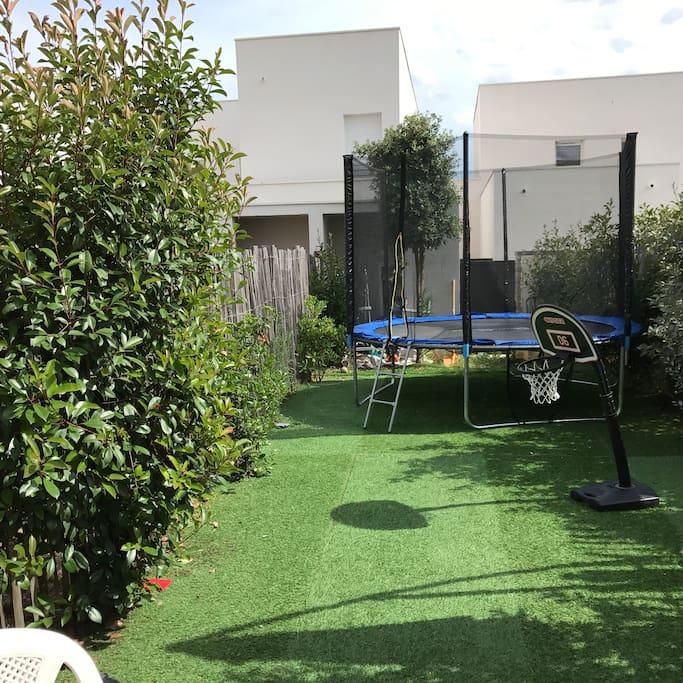 Jardin de 60m2 avec une terrasse de 11m2 agréable pour les soirs d'été