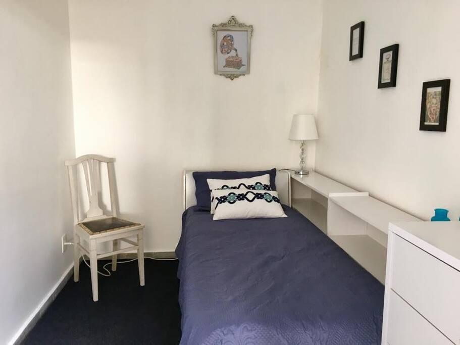 Habitación privada en suite. El cuarto es muy luminoso.