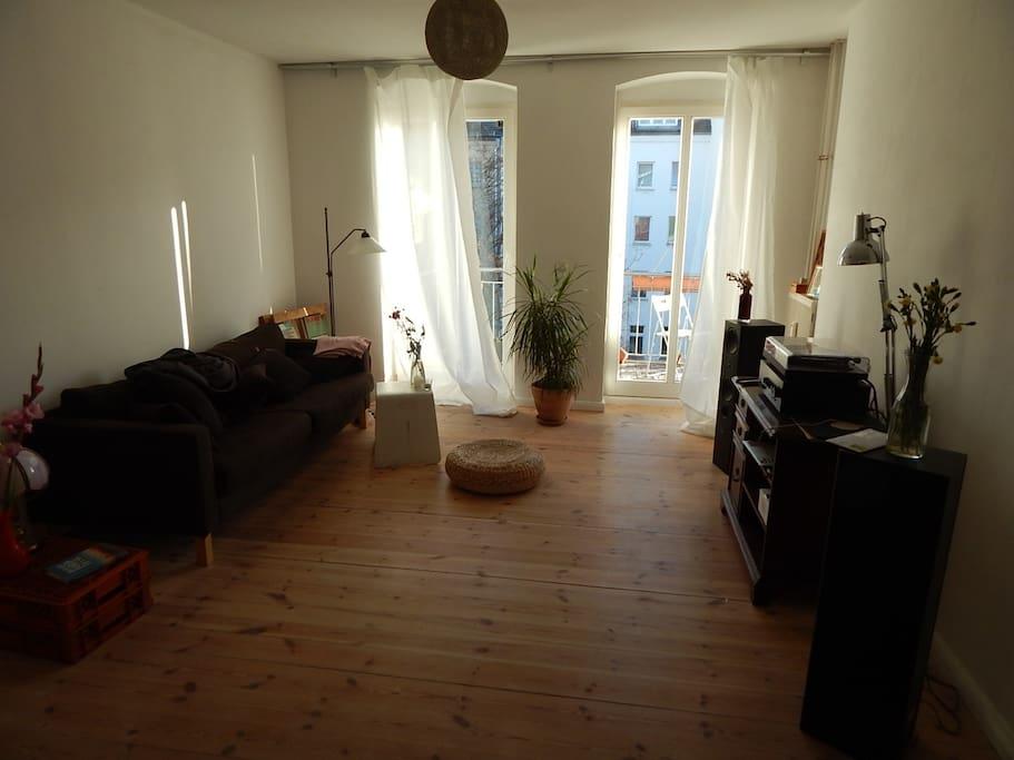 Das Wohnzimmer, morgens dank Südlage im Sonnenschein