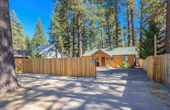 Whispering pines cabin| Pets OK| Hot Tub| Fire pit