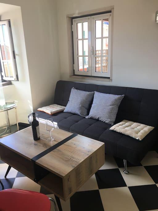 2 étage, le salon avec son grand canapé vous accueil en face de la cheminé et de la TV pour vos moments de détentes.