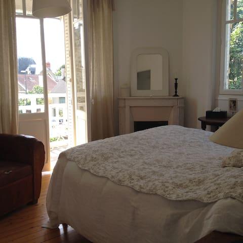 Première chambre avec sa terrasse privée, lit Queen size qualité hôtelière de luxe (My bed Sofitel)  Fisrt bedroom with its private terrace and a luxury hotel quality Queen size bed (My Bed from Sofitel)