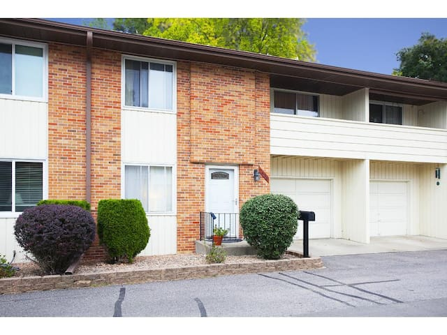 Clean, comfortable condo 7 minutes from downtown!