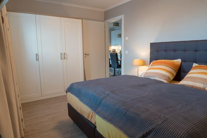 Große Schlafzimmer (Blick in Richtung Küche und großen Kleiderschrank).