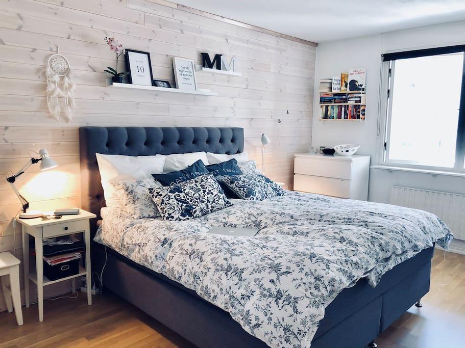 Sovrum/Bedroom, 180 cm säng/bed.