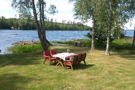 Vacker stuga direkt vid sjön