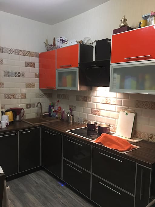 Отдельная кухня, стол с 3 стульями, холодильник, плита, чайник, духовка. Все необходимое мы можем оставить!