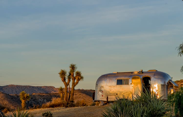 Secluded 1961 Airstream, Glorious Views, compound - ユッカバレー - キャンピングカー/RV車