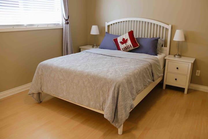 独立别墅内一房一卫一张Queen size双人床,可入住两位客人
