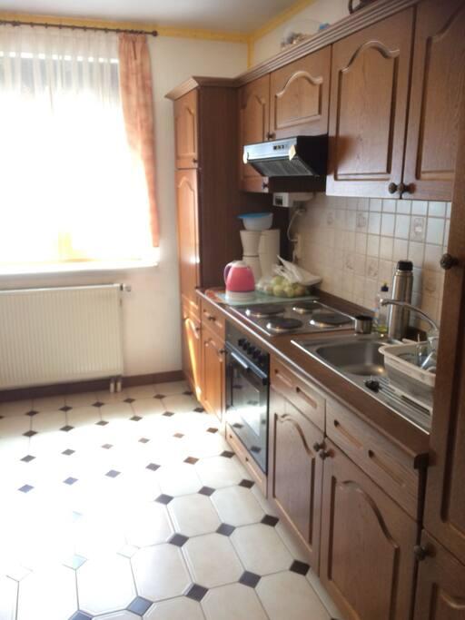 Küche - gemeinsam genutzt mit 2 anderen Personen (männlich, um die 50)