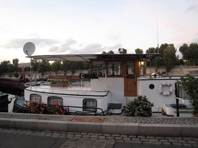 Cosy houseboat in the centre of Paris