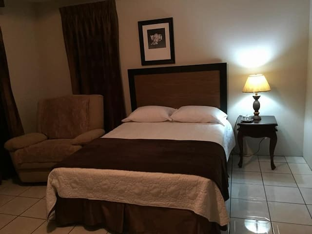 Great room 5 minutes away from airport
