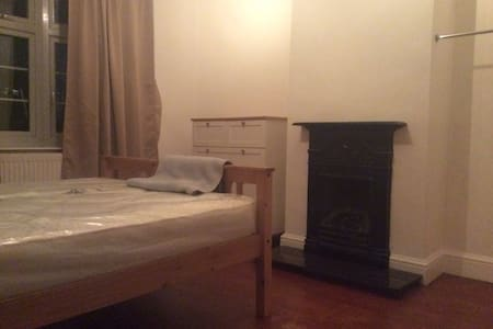 1 double bedroom - East London close to transport - Lontoo - Talo