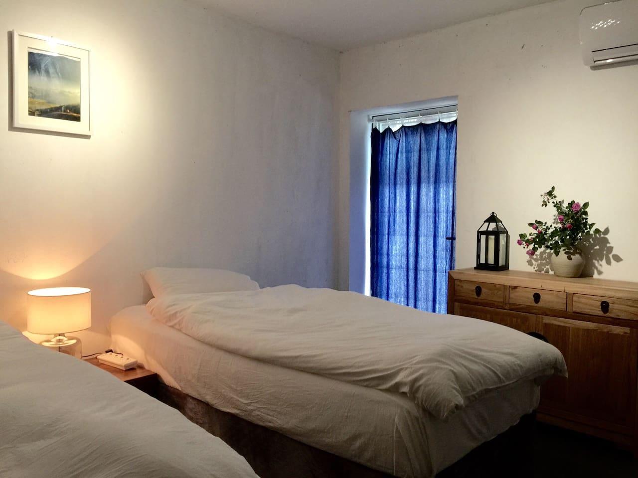 简洁干净的禅意卧房,能够让你旅途增添静谧的空间。(屋主手机拍摄)