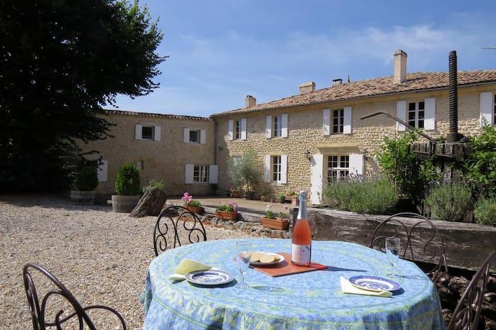 Chambre Sud at Beau Sejour 12km to Saint Emilion