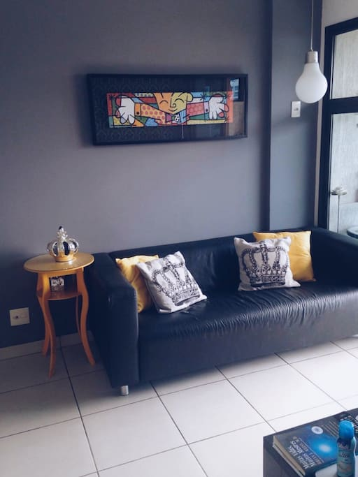 Sala com sofá, mesa de jantar e televisão