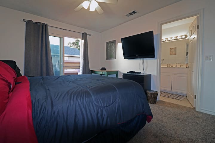 LUXE | Newport Master Bedroom w/ensuite bath&patio