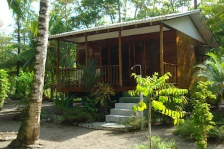 Latitude8Lodge Air conditioned on Beach with pool