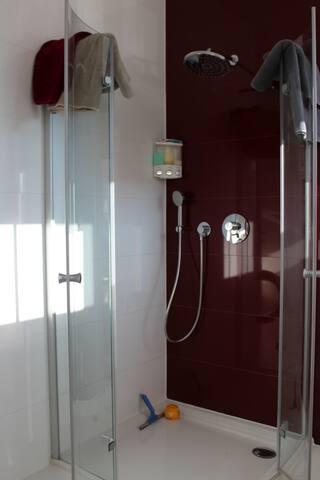 Große Dusche mit Wasserfall-Brause