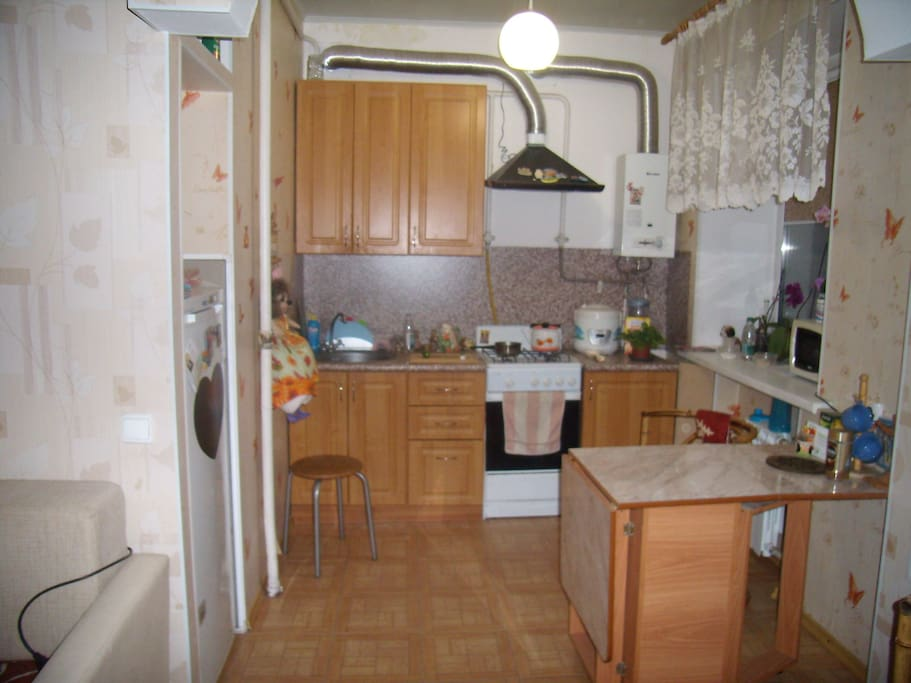 Кухня студия. Микроволновая печь, духовка, холодильник, мультиварка.