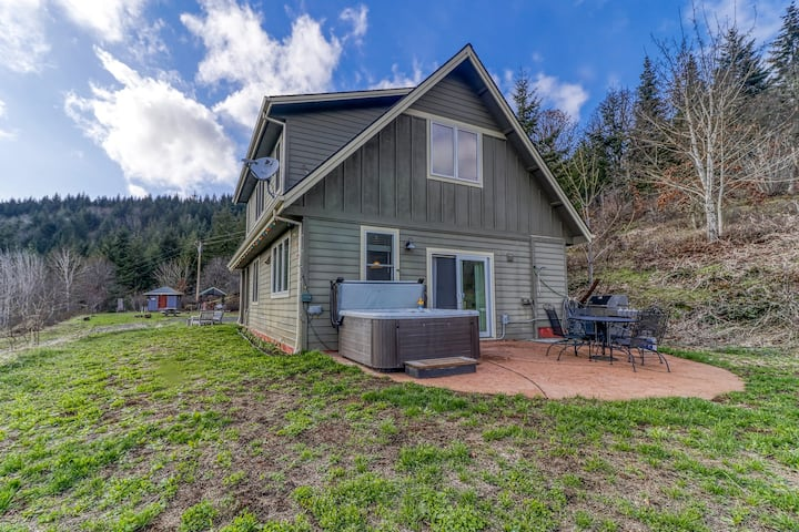 Mountain cabin on five acres w/ a private hot tub & Mt. Hood view - two dogs OK!