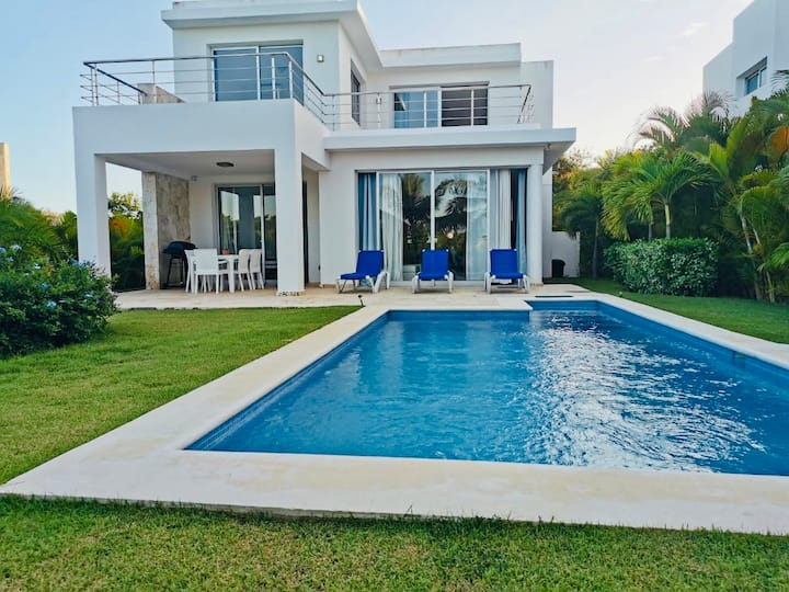 Vibrant Golf Villa 2 Minutes from Beach🏖☀️