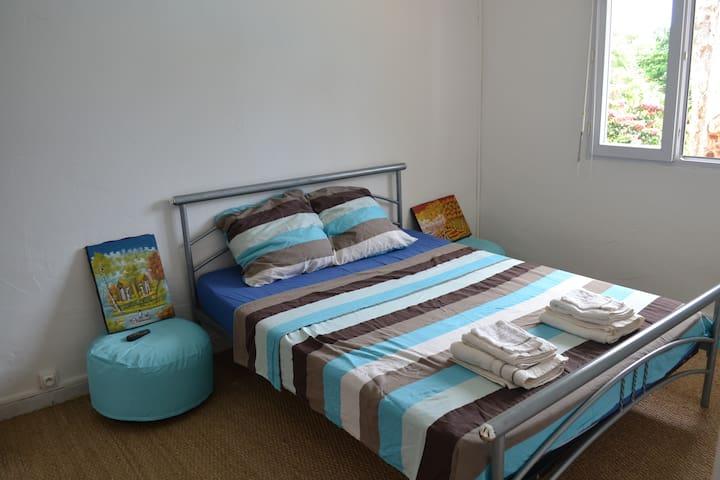Chambre climatisée avec rangement et penderie
