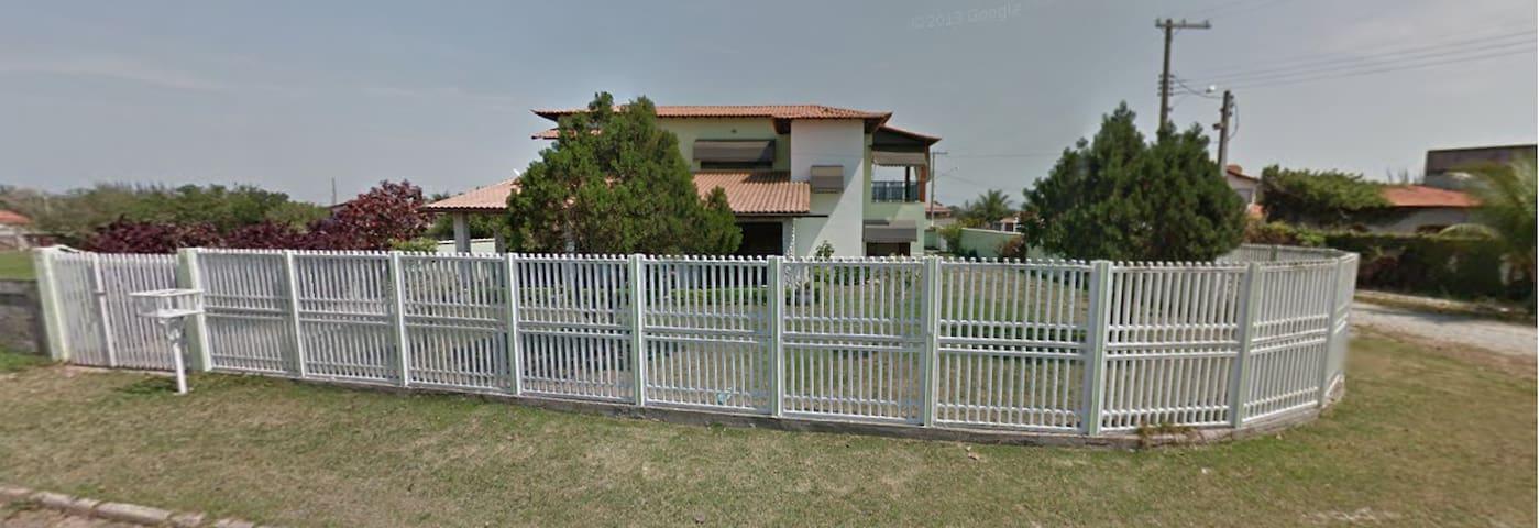 Ampla casa duplex em frente à lagoa de Araruama