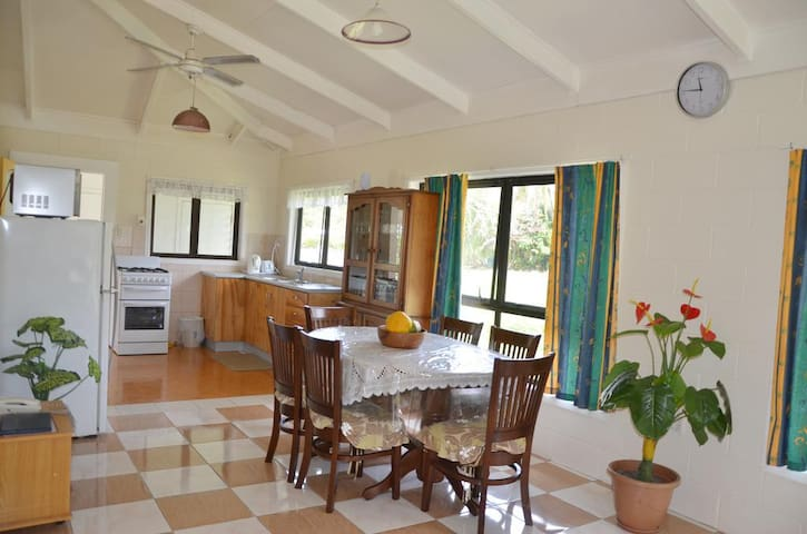 Flame Cottage ~ Muri Beach - Matavera District - Casa